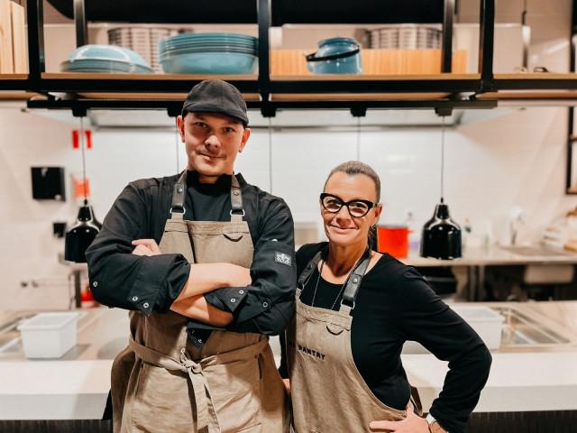 Keittiömestari Pekka Tuomisto  ja ravintolapäällikkö Päivi Nykänen toivottavat kaikki tervetulleiksi The Pantryyn.
