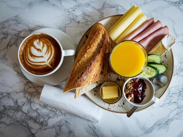 Töölöön pian avautuva Greenbake tarjoaa leipien ja leivonnaisten lisäksi myös aamupalaa.