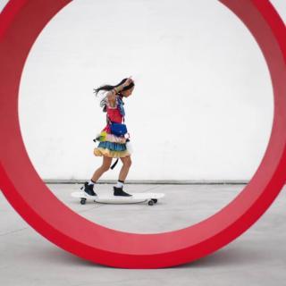 Ko Hyojoo longboardaa superilahduttavassa kevätmuodissa Vogue Japanin uudella videolla
