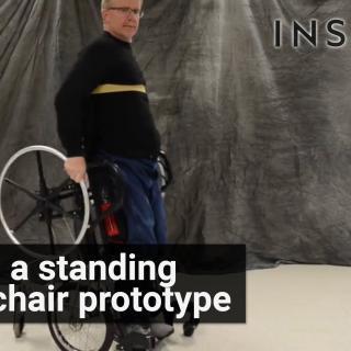 Pyörätuoli, joka auttaa käyttäjiään seisomaan ja liikkumaan samaan aikaan