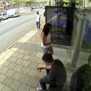 Pilailija photoshoppasi ihmisiä mainoksiin heidän odottaessa bussia