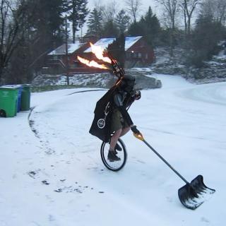 Mies luo lunta yksipyöräisen päällä pukeutuneena Darth Vaderiksi ja soittaa palavaa säkkipilliä