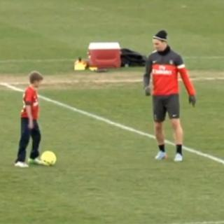 David Beckhamin poika isänsä entisen verivihollisen paitaan?