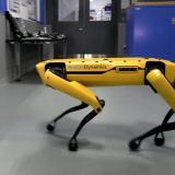 Katso, kuinka taitavasti SpotMini-robotti avaa oven