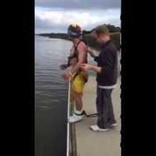 Polttariporukan hulvaton pila: mies luuli hyppäävänsä benjihypyn, mutta päätyikin järveen