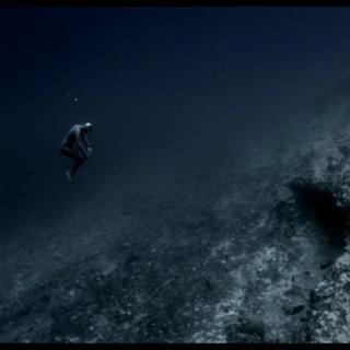 Ranskalainen vapaasukeltaja leijuu meressä kuin avaruudessa